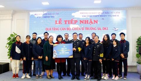 Trường Trung học Đoàn Thị Điểm, Hà Nội - Tặng quà bộ đội Trường Sa và Nhà giàn DK1